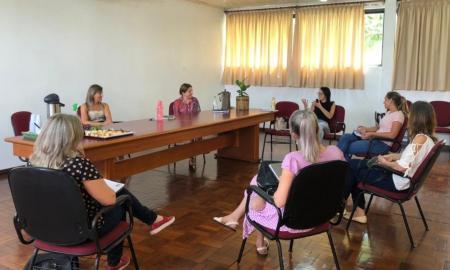 EDUCAÇÃO COM FORMAÇÃO CONTINUADA DOS PROFISSIONAIS